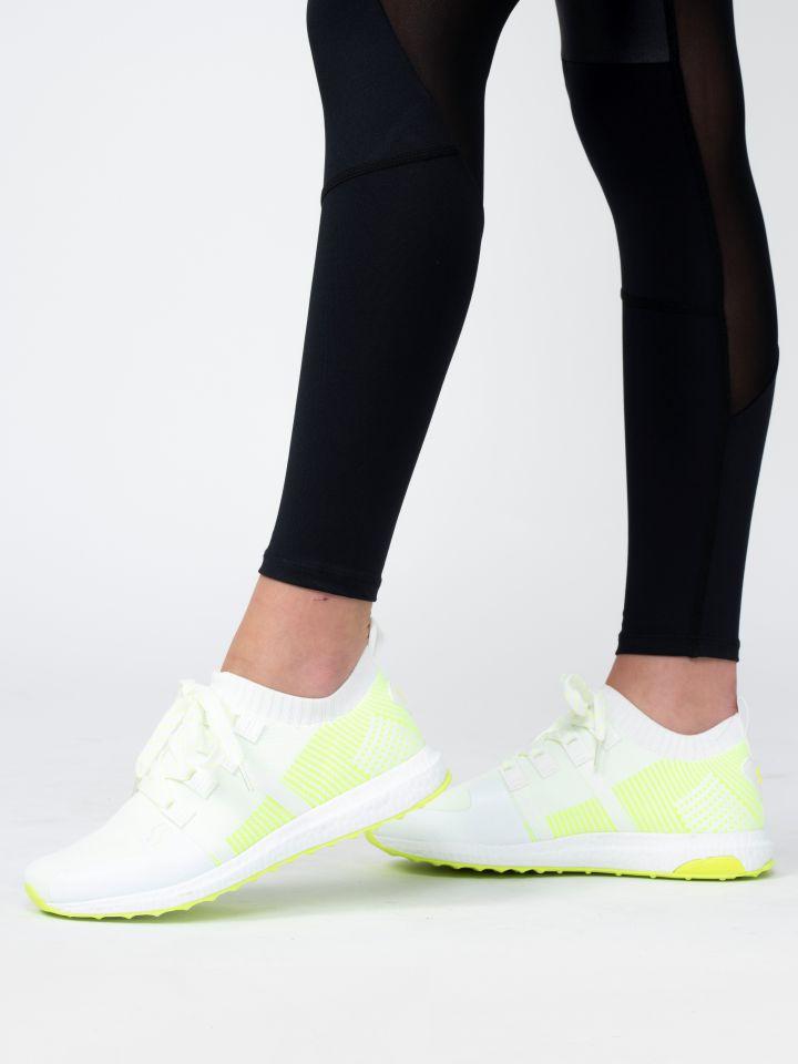 נעלי ספורט במראה גרב