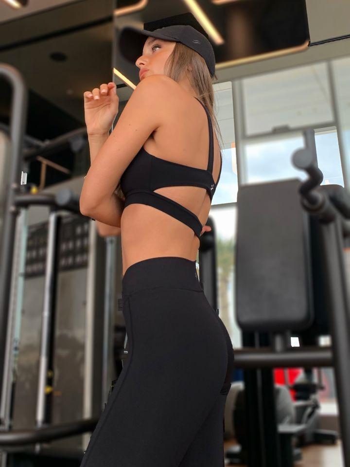 חזיית ספורט עם פתח בגב